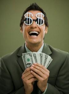 hombre ganando dinero por internet