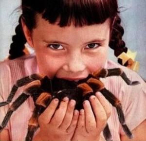 niña comiendo arañas